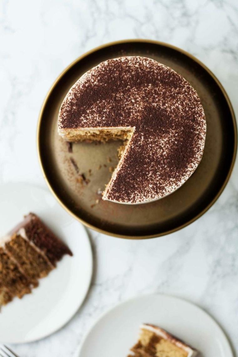 torta compleanno tiramisù dolce decorato con cacao in polvere