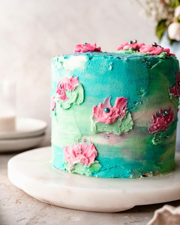 torta decorata con panna decorazione floreale di diverso colore