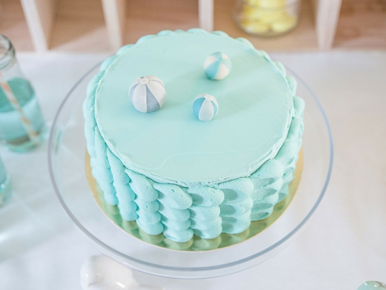 torta decorata con panna di colore azzurro torta rotonda con palline