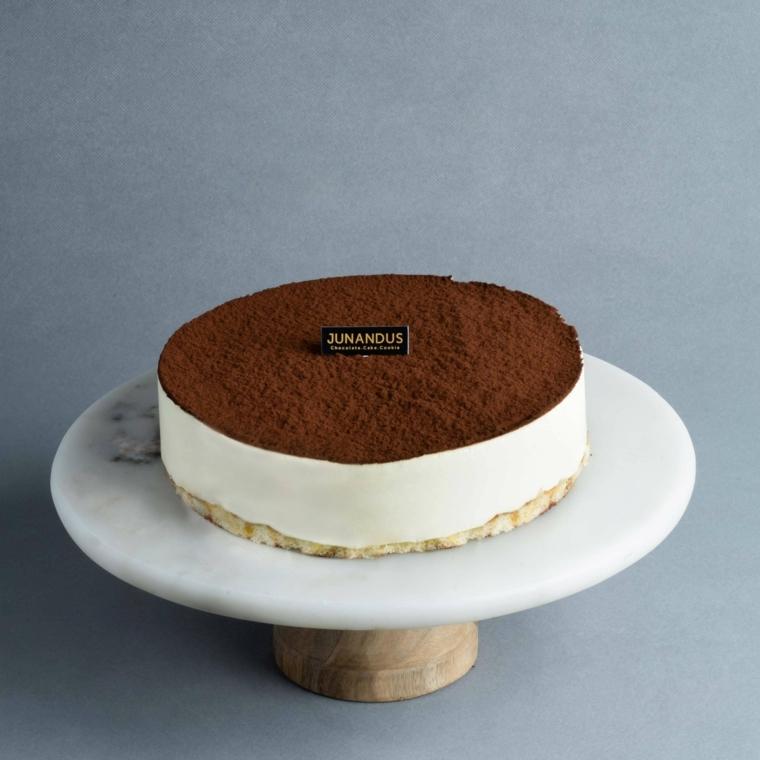 torta rotonda con cacao in polvere decorazione tiramisù con panna montata