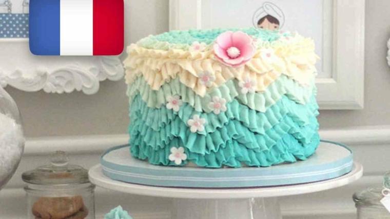 torta rotonda con panna colorata sfumata decorazione con fiore