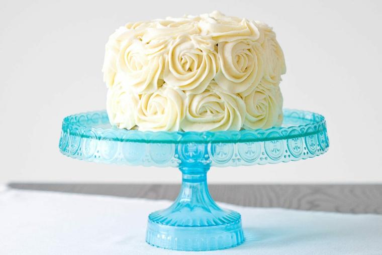 torta rotonda decorata con fiori di panna gialla vassoio per torte di plastica