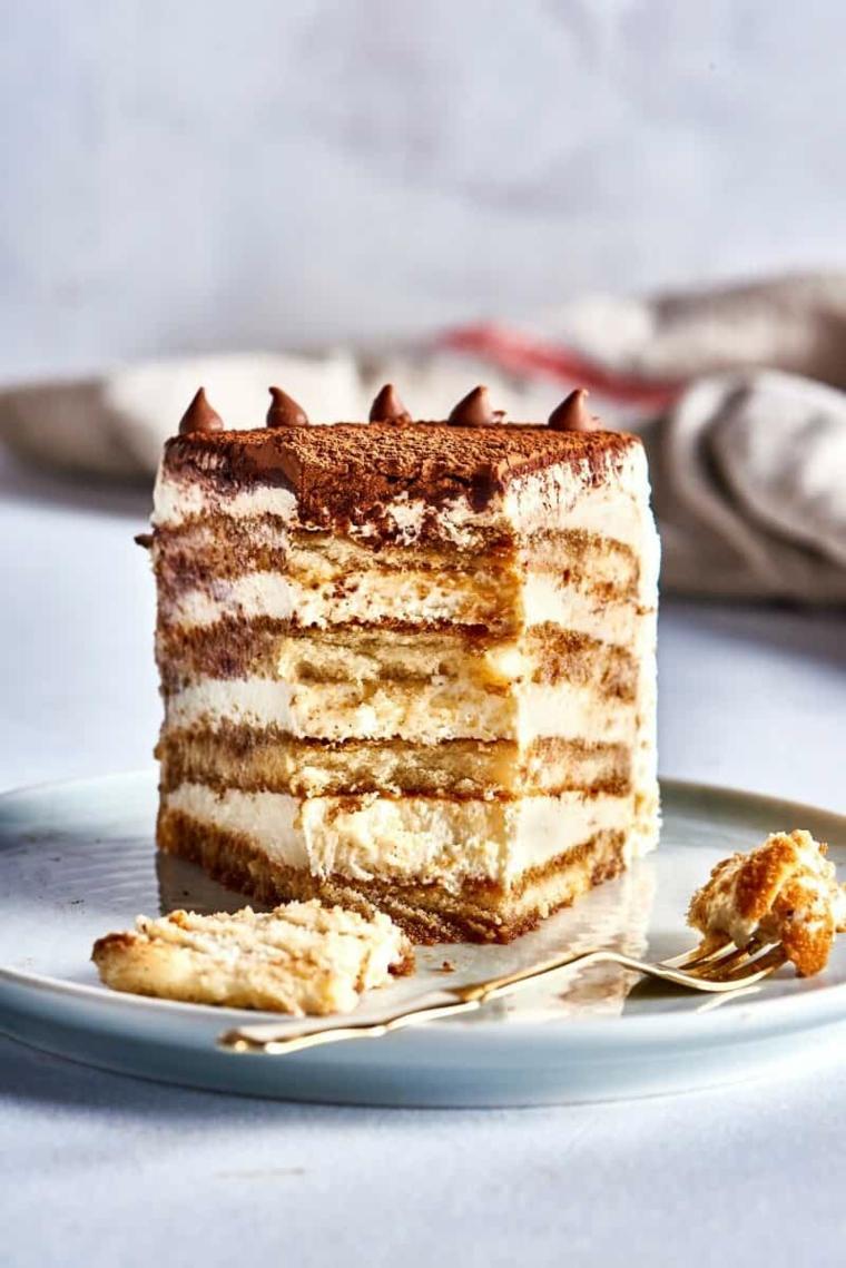 torta tiramisù con savoiardi strati di crema al mascarpone decorazione con cacao in polvere
