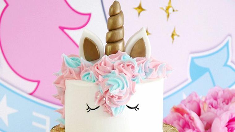 torta unicorno con glassa bianca decorazione torte con panna montata colorata