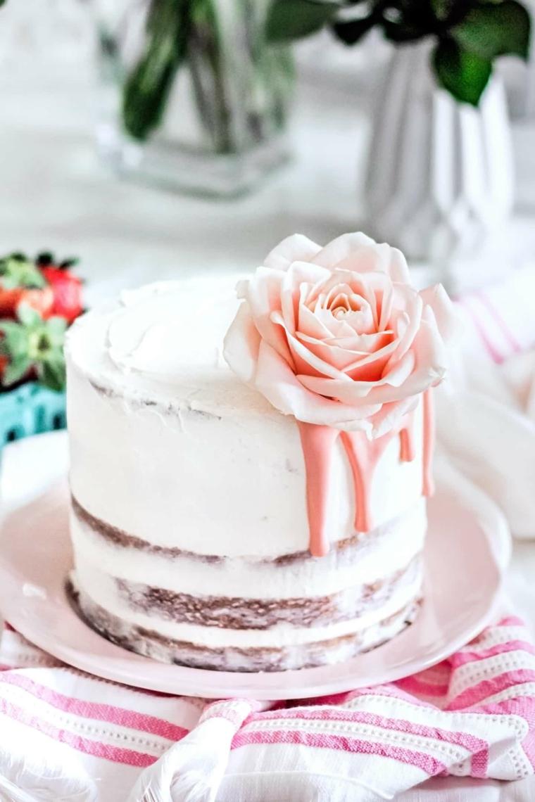 torta vintage con rosa decorazione con glassa panna montata color crema