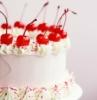 torte decorate con panna e frutta torta rotonda con ciliegie sopra