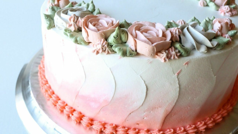 torte decorate con panna montata colorata torta rotonda con fiori e colori sfumati