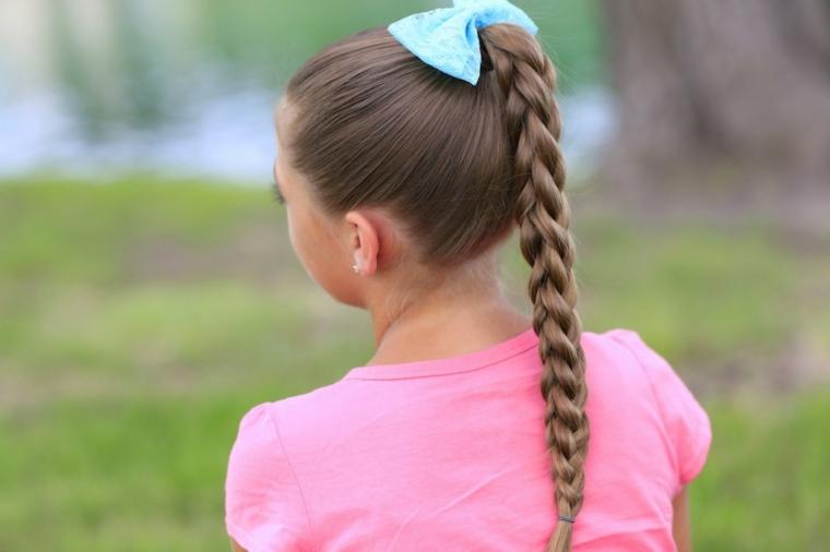 treccia a catena bambina con capelli lunghi di colore castano