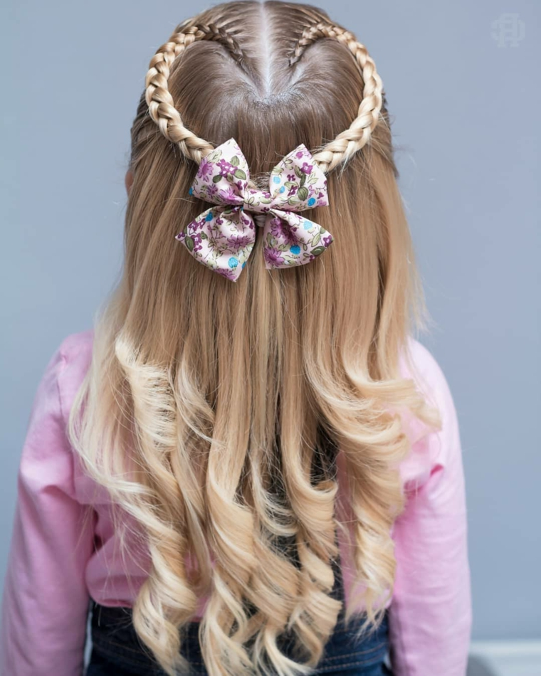 treccia a cuore acconciature capelli bambina cerimonia riccioli bassi