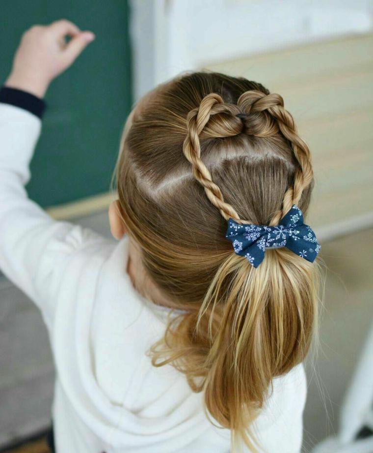 treccia a cuore bambina con capelli lunghi biondi semiraccolto con molletta