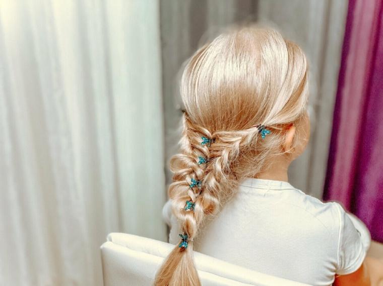 treccia con filo acconciature da bambina capelli lunghi biondi