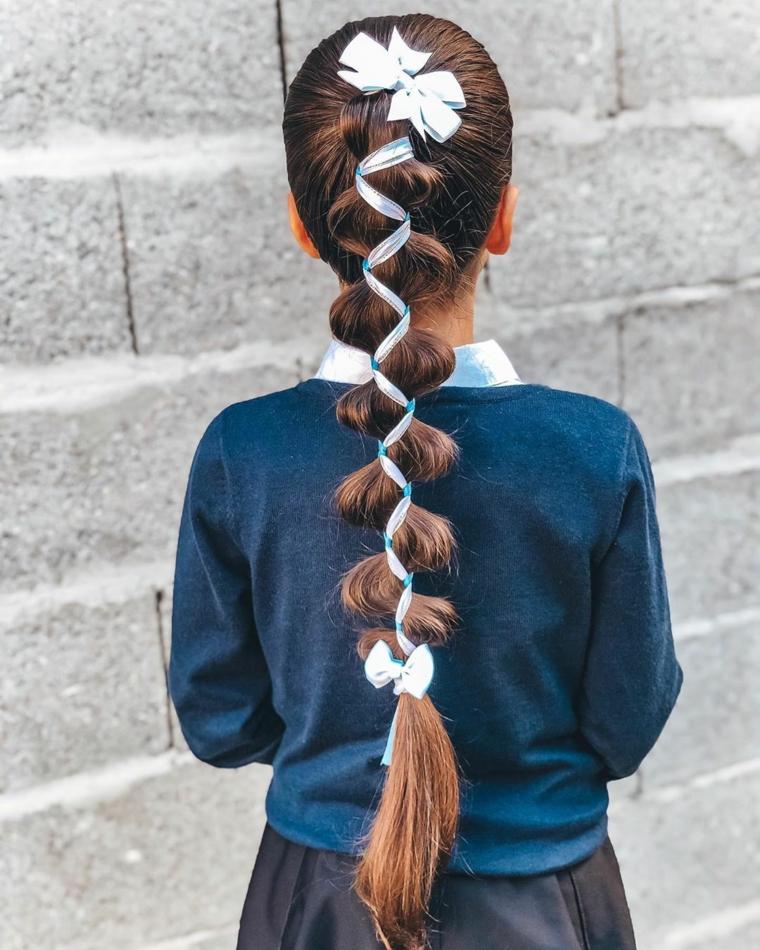 treccia con filo pettinatura bambina con capelli castani