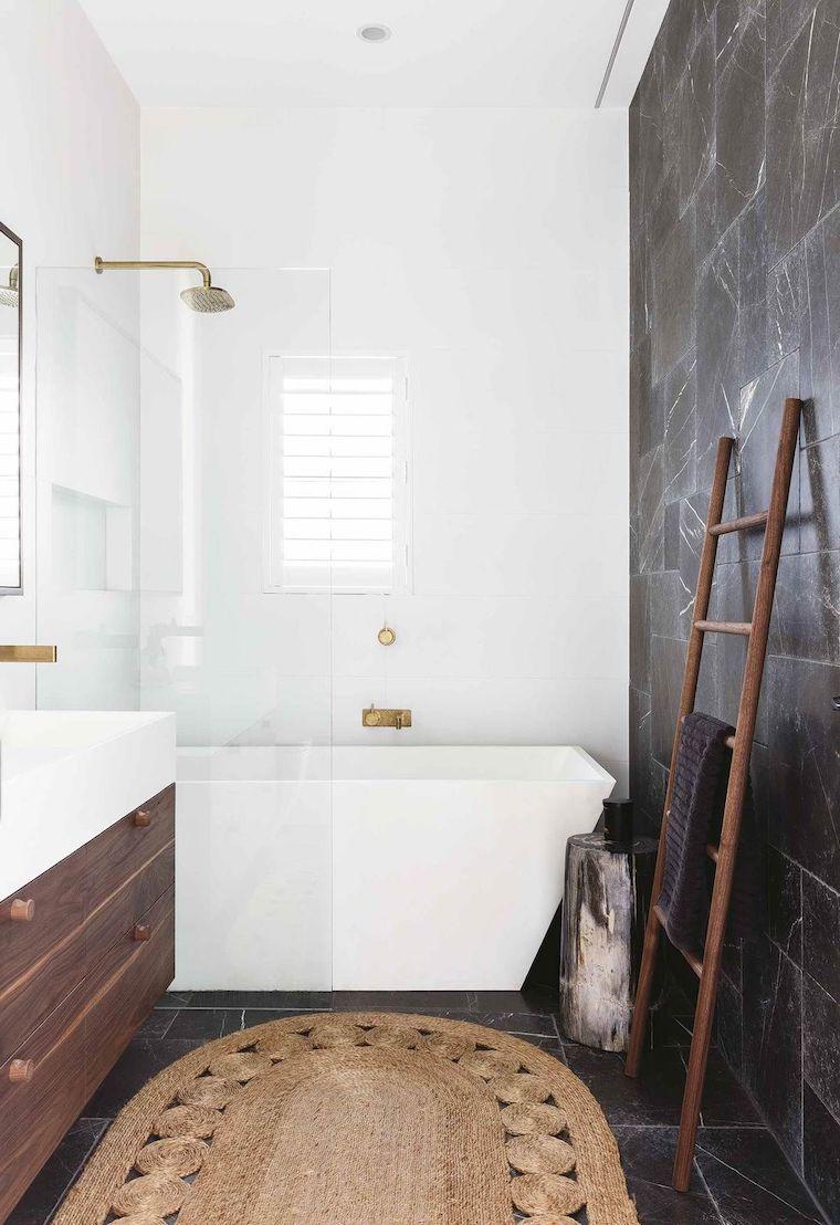 arredare bagno piccolo e stretto rivestimento con piastrelle nere e bianche