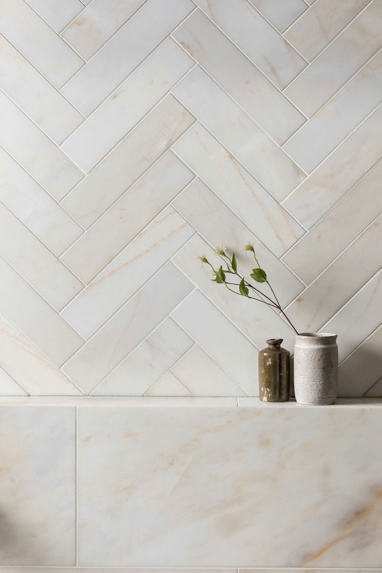 idee rivestimento bagno piccolo piastrelle color tortora in marmo