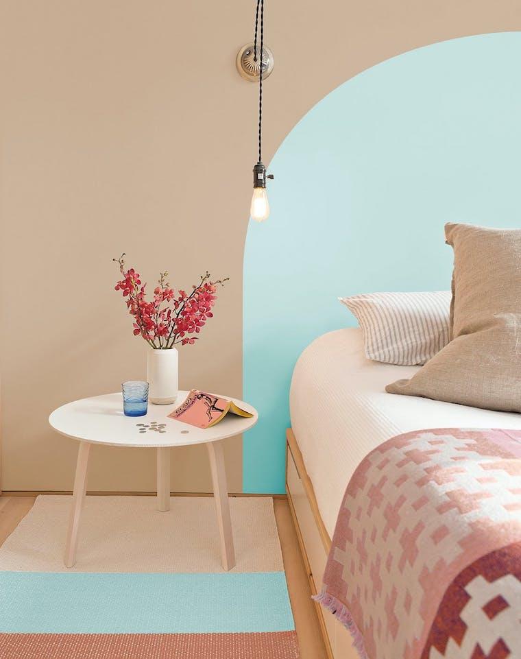 abbinamento colori pareti beige e azzurro comodino con vaso