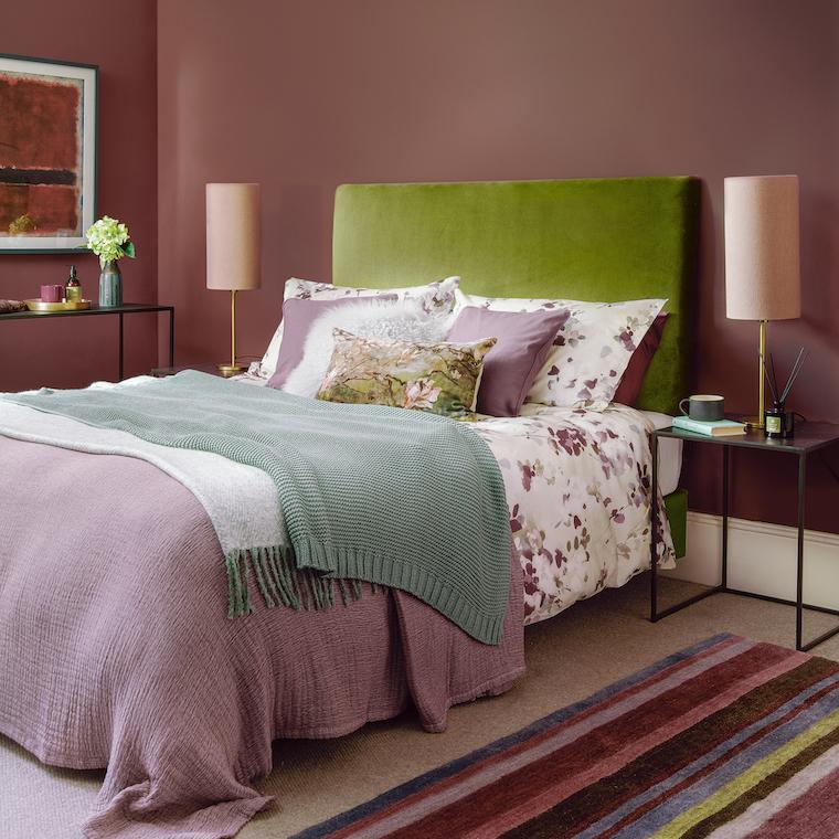 abbinamento verde e color pesca scuro camera da letto classica