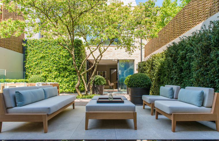 arredamento giardino con mobili in legno piante sempreverdi da esterno