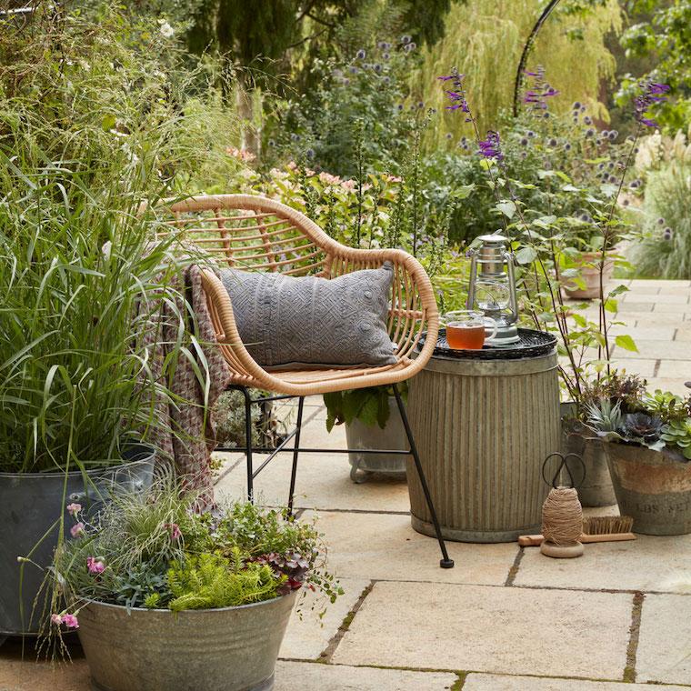 arredamento giardino con mobili in rattan piante sempreverd da esterno