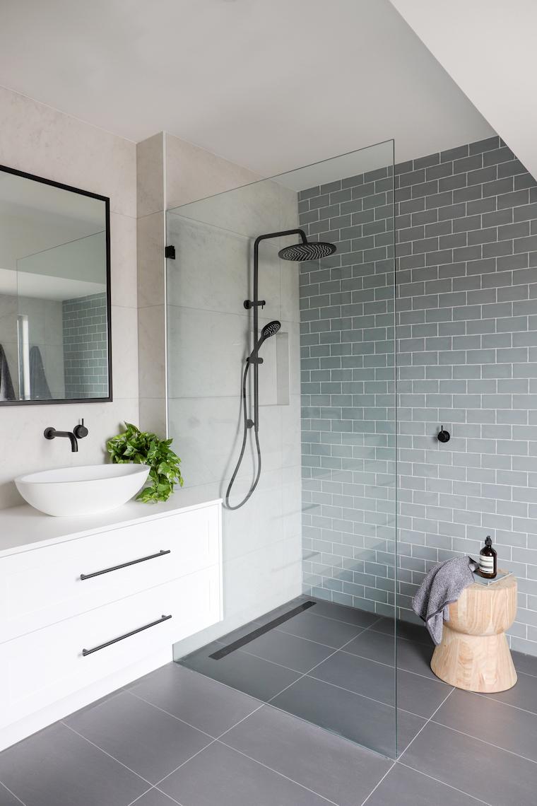 arredare bagno piccolo e stretto box doccia con piastrelle di colore verde