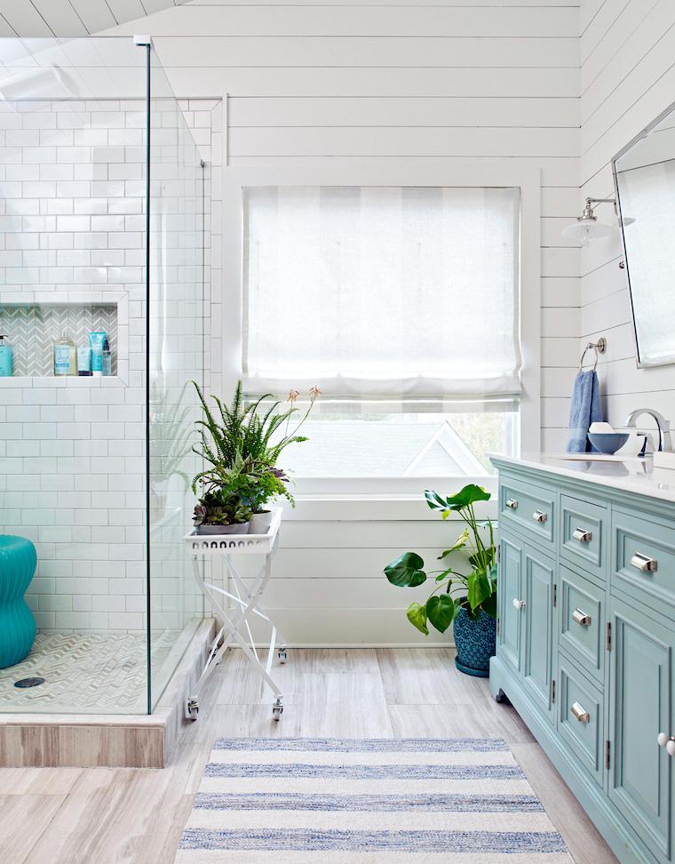 arredare bagno piccolo pavimento in parquet chiaro box doccia con piastrelle
