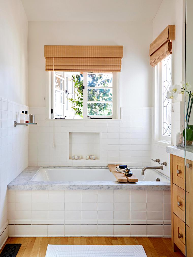 arredare bagno piccolo vasca rivestita con piastrelle bianche