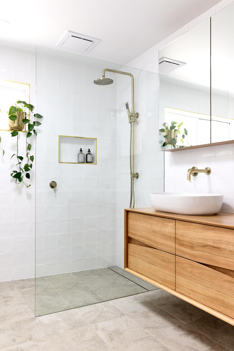 bagni moderni con doccia mobile lavabo di legno specchio contenitore da parete