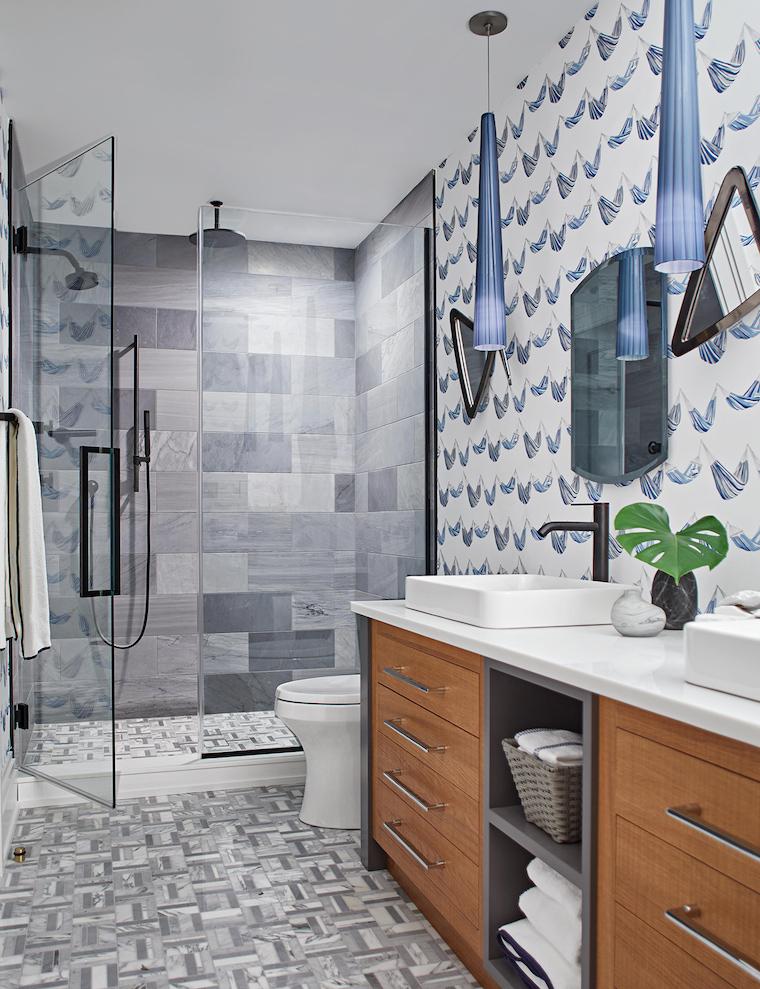 bagni moderni piccoli con doccia rivestimento parete con carta da parati