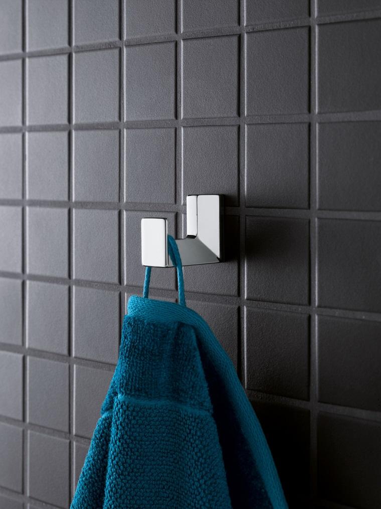 bagno con piastrelle nere accessori in metallo per appendere asciugamani