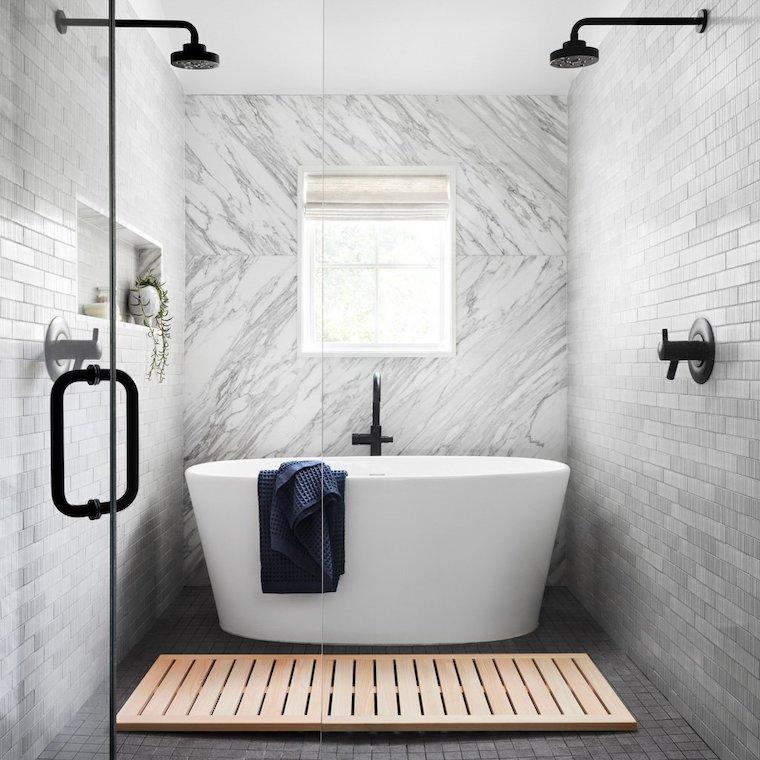 bagno con vasca e doccia rivestimento pareti con piastrelle grigie