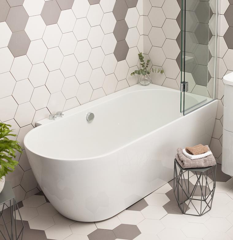 bagno con vasca rivestimento pareti con piastrelle bianche e grigie