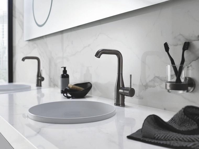 bagno moderno con accessori in vetro mobile con doppio lavabo