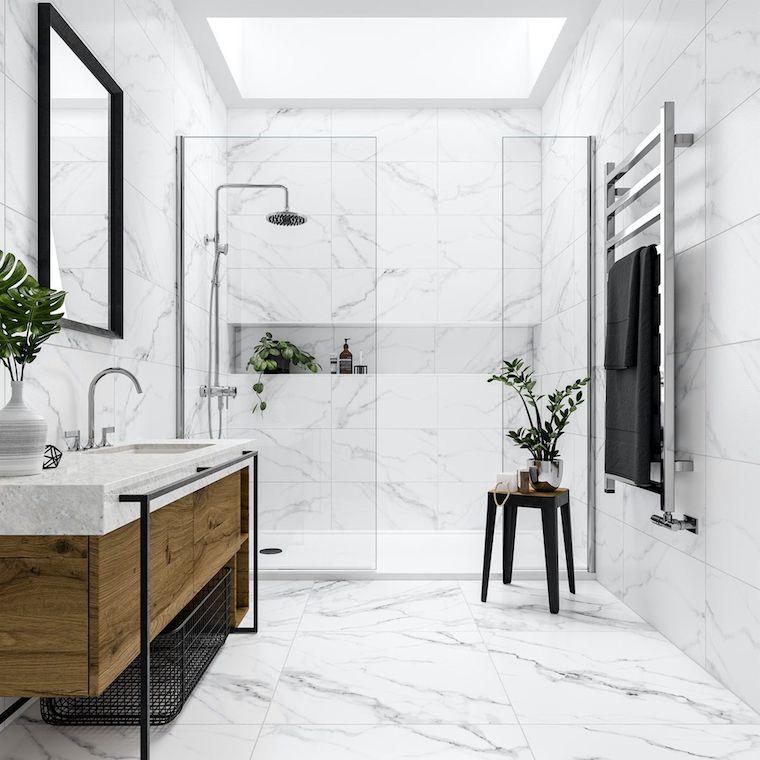 bagno stretto e lungo box doccia con nicchia parete rivestita con piastrelle effetto marmo