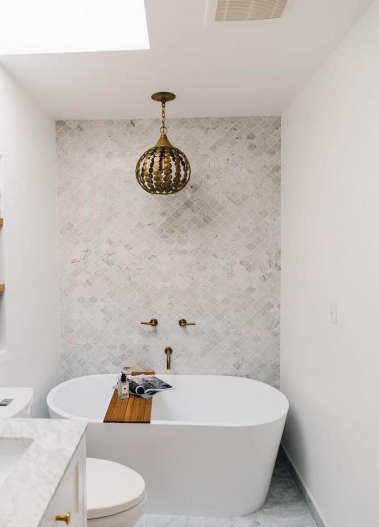 bagno stretto e lungo con vasca parete con piastrelle color tortora