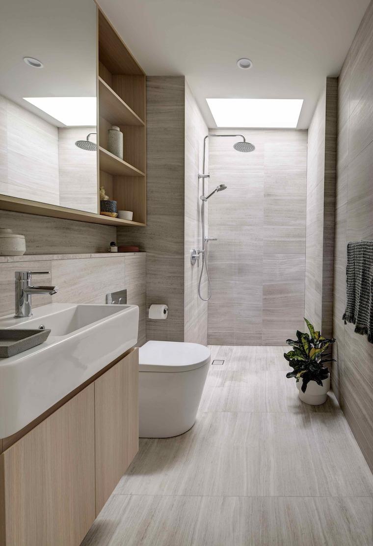 bagno stretto e lungo rivestimento pareti con piastrelle grigie