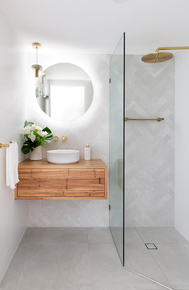box doccia con piastrelle grigie mobile lavabo di legno colore grigio