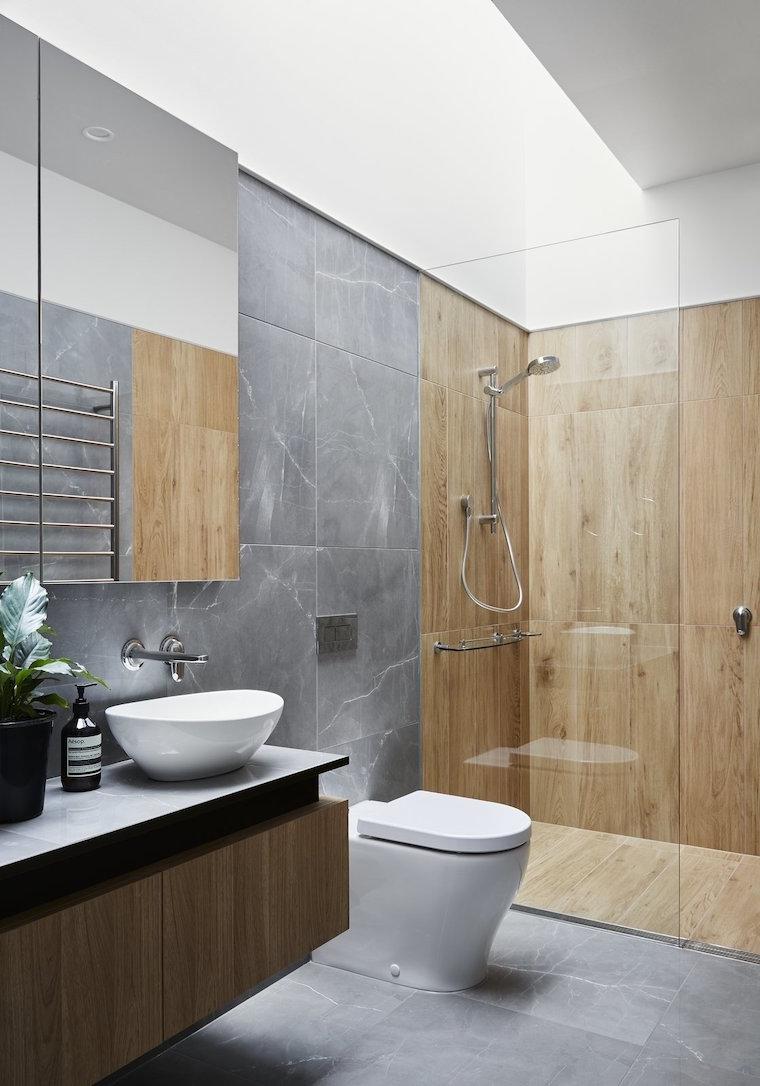 box doccia con rivestimento di legno arredare bagno piccolo
