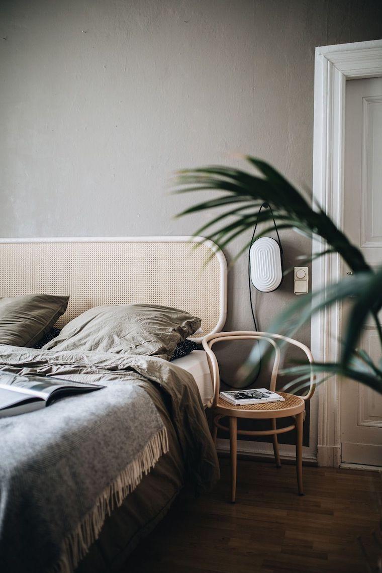camera da letto bianca e grigia parete dipinta di colore grigio chiaro