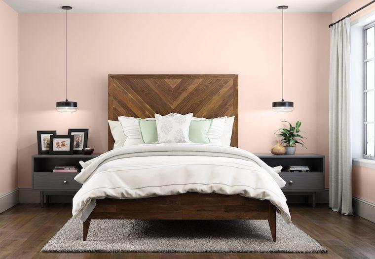 camera da letto con pareti dipinte di colore rosa mobili in legno