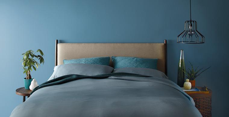 camera da letto in blu comodino con lampada a sospensione