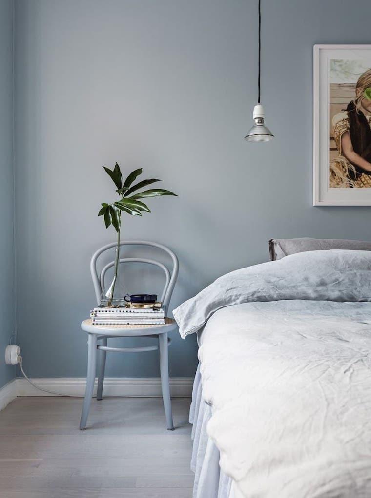 camera da letto in blu grigio arredamento con mobili in legno vintage