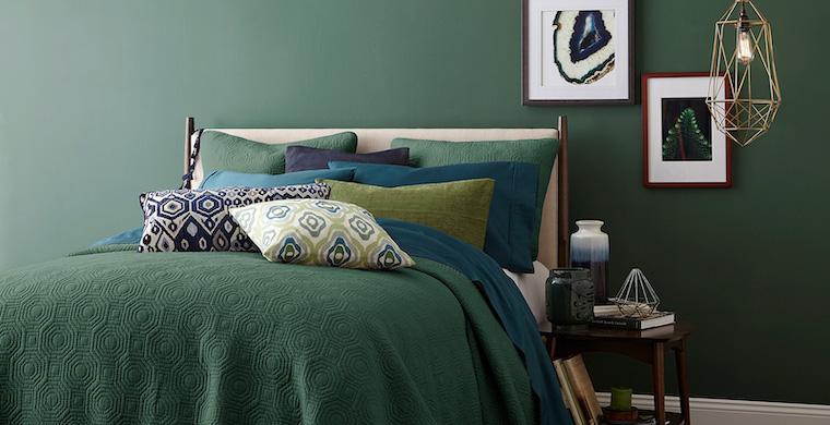camera da letto in verde salvia pareti dipinte comodino con lampada a sospensione