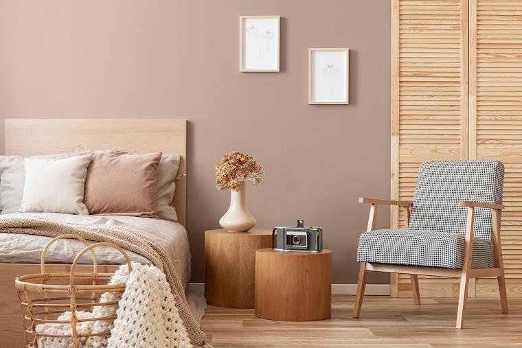 camera da letto nei colori della terra comodini rotondi di legno