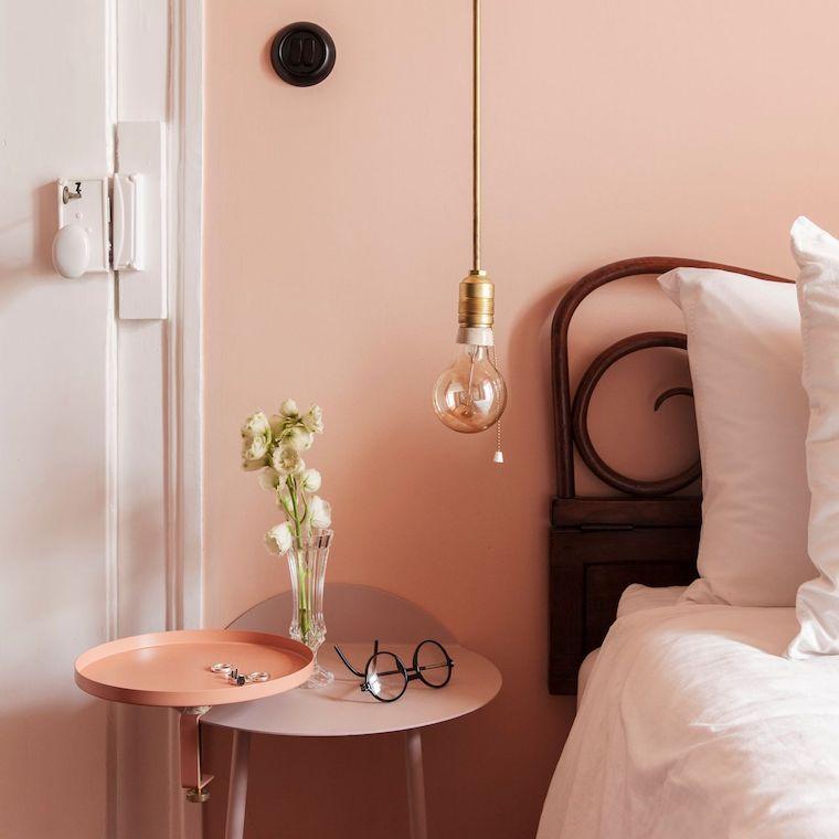 camera da letto nei colori pastello parete dipinta di color pesca