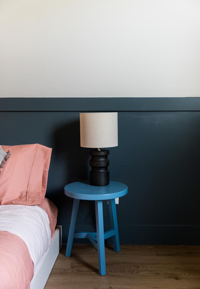 camera da letto vintage parete di due colori blu e bianco