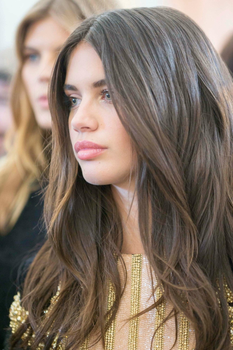 capelli castani con riflessi acconciatura ragazza di media lunghezza mossa