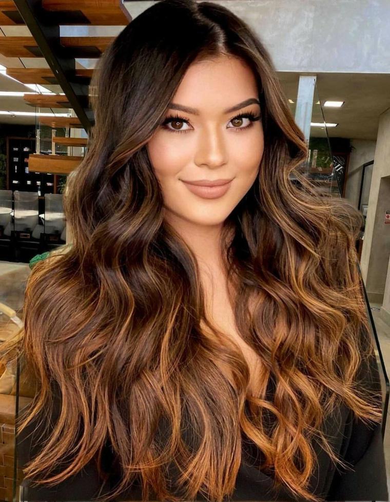 capelli castani con riflessi di colore rame acconciatura mossa con riga laterale