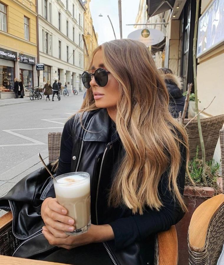 capelli castano chiaro dorato donna con acconciatura mossa