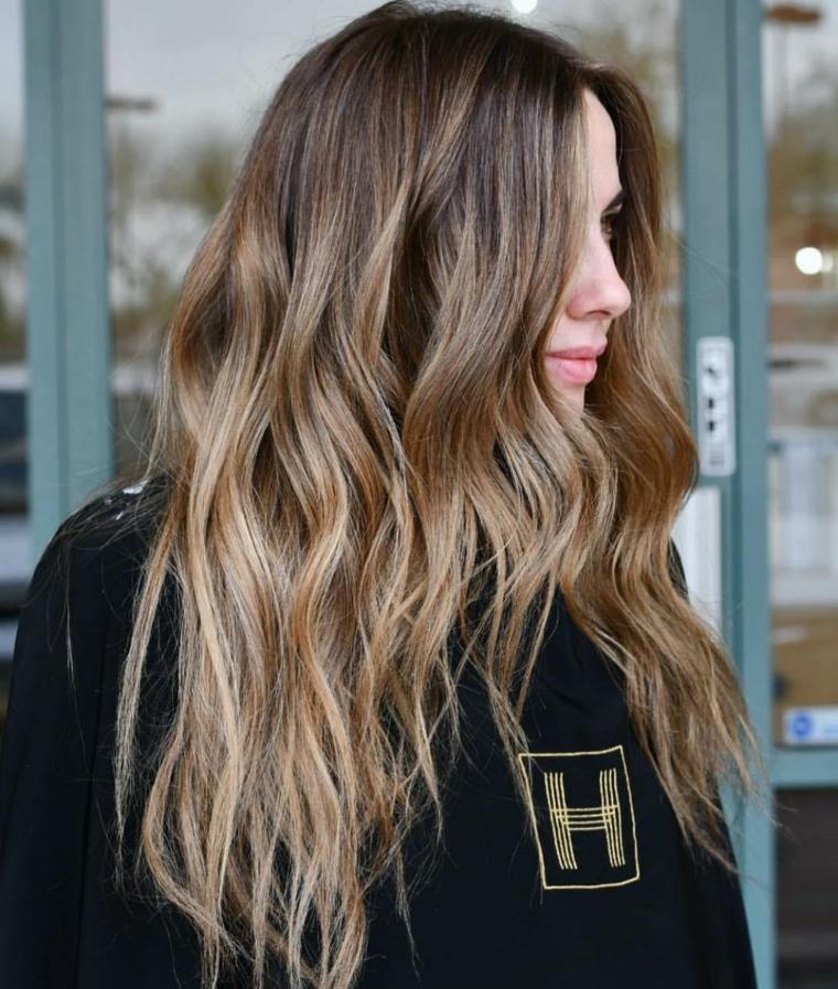 capelli castano chiaro naturale acconciatura mossa con taglio scalato