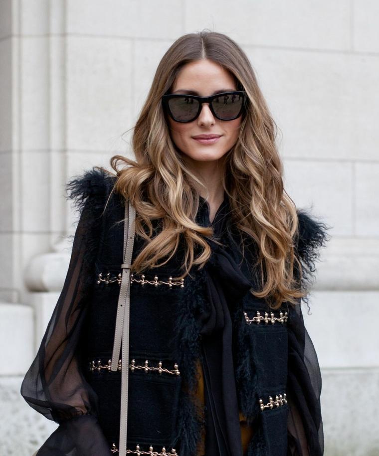 capelli color nocciola caramello acconciatura mossa donna con occhiali da sole