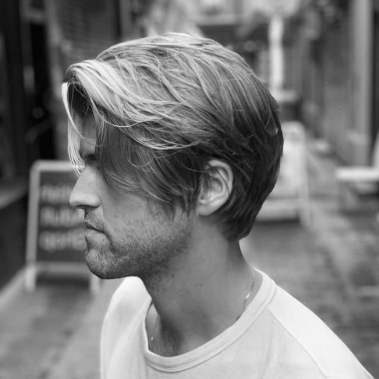 capelli di colore biondo lunghi acconciatura maschile con riga laterale